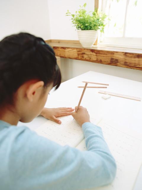 勉強をする女の子の画像