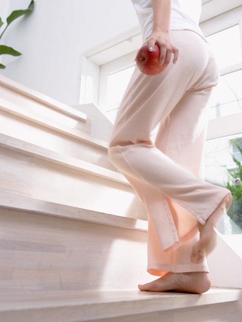 階段を上がる女性の足元 画像