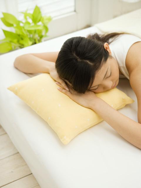 睡眠中の女性の画像